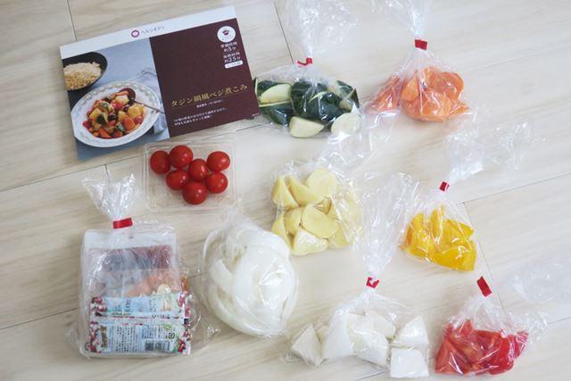 箱の中にはレシピカットされた食材、必要な調味料が入っていました。プチトマトはヘタも取られた状態!