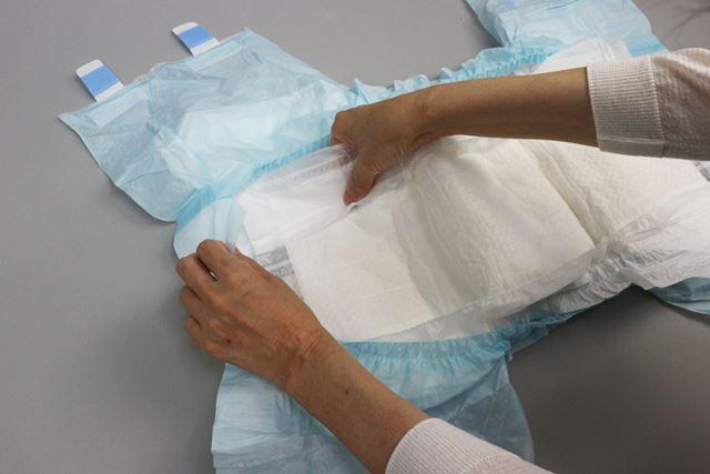 尿とりパッドを2枚重ねても吸収量は増えないので、必ず、1枚のみの装着としてください