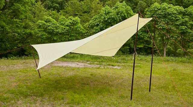 Tent-Mark Design「マンタタープ」3本のポールを基本とした5角形のタープ。ポールとペグは別売