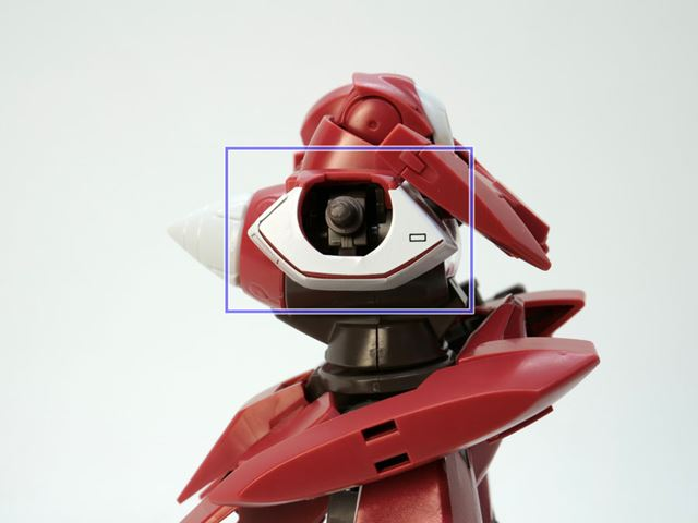 白いシールをはがし、「濃い赤」の上に「ガンダムマーカーEXニューホワイト」を塗ってみます