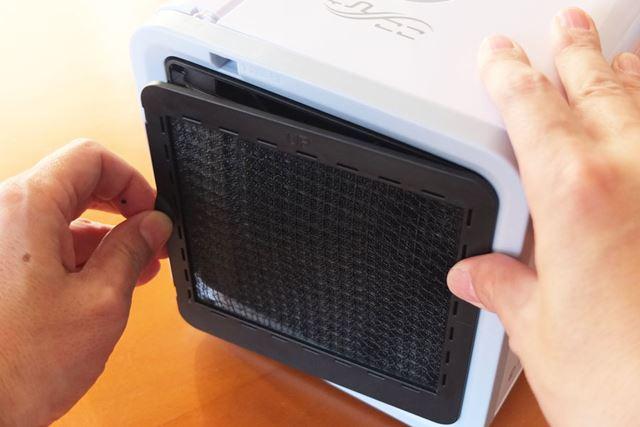 吸気口の簡易フィルターも簡単に取り外せます。フィルターについたホコリは掃除機などで除去すればOK