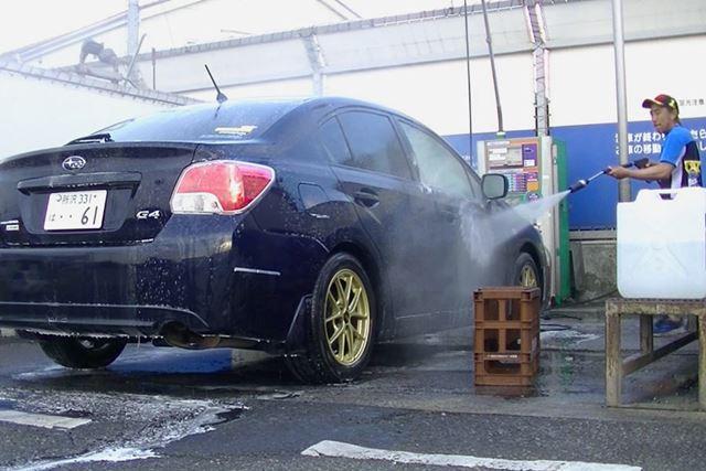 まずは普通に洗車。ぬれたままでも作業できるとはいえ、シャンプー成分はしっかり洗い流しましょう
