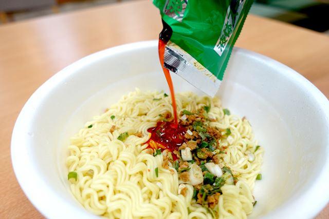 後のせかやく、液体スープを入れて、かき混ぜます