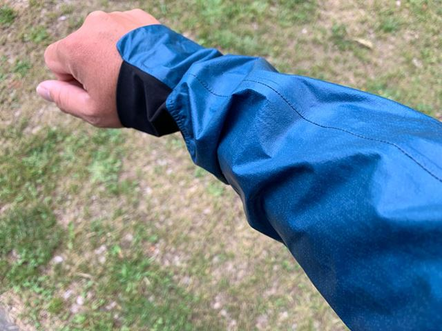 袖丈はかなり長め。日本人としては腕が長い筆者でも丈が少し余った