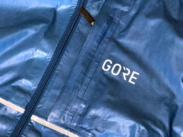 胸部分のポケットには、「iPhone XR」のような大型スマートフォンも収納可能だ