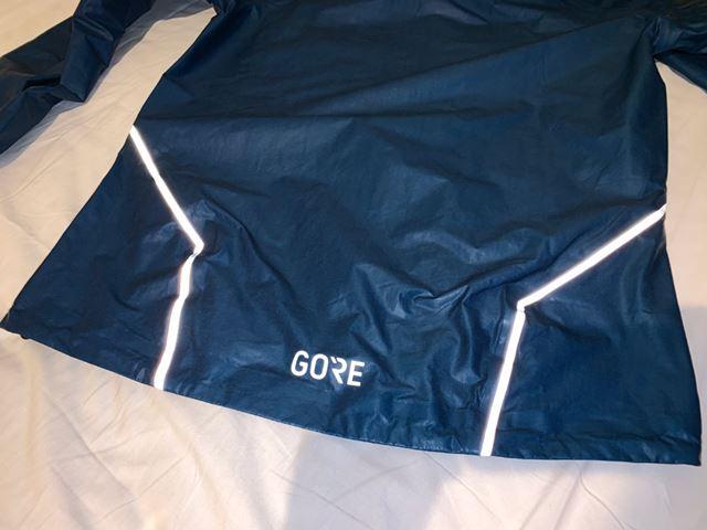夜間走行時の安全性を高めるリフレクターを、胸部分と背面の裾部分に配している