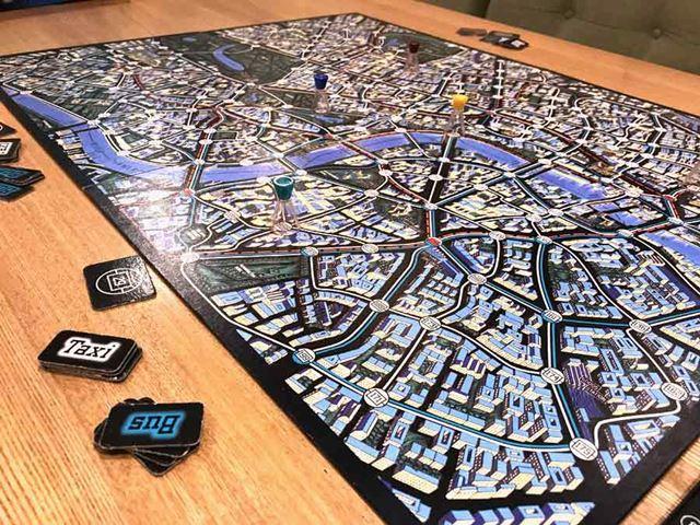 ロンドン市内を逃走する「怪盗X」。警察側は、わずかな情報を頼りに「怪盗X」を追い詰めていく