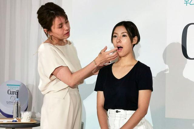 口角に塗る時は、口を開けると塗りやすい