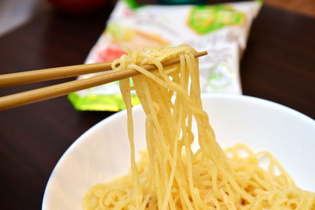 麺は醤油味と同じ、細めストレートのノンフライタイプ