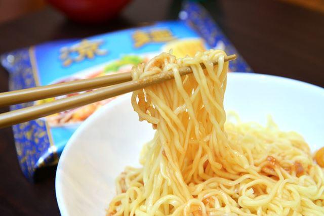 麺のタイプはノンフライで、中細ストレートの平打ち麺。中華風からし「香辣醤」が付いています