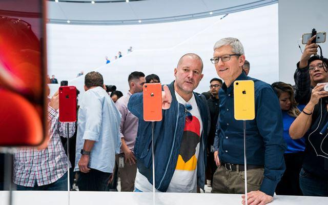 ジョナサン・アイブ氏(左)。右はアップルのCEO、ティム・クック氏(写真はアップルより)