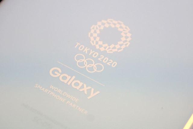 東京オリンピックのロゴマークは同系統の白でプリントされている