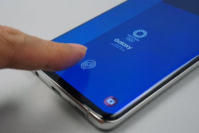 「ディスプレイ指紋認証」を採用。応答速度や認証精度は、通常の指紋認証センサーとそん色ないレベル