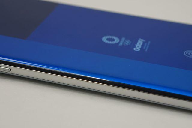 Galaxy Sシリーズではおなじみの曲面ディスプレイを採用しており、ベゼルを極限までなくしている