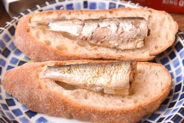 何かにのせて食べるなら、オイルサーディンは白米よりパンがオススメです
