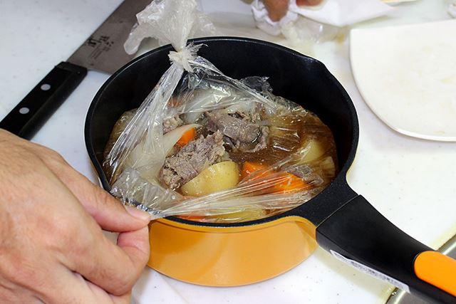 結び目の位置が下過ぎてこぼしそうになり、袋を開けるために鍋を使うという矛盾