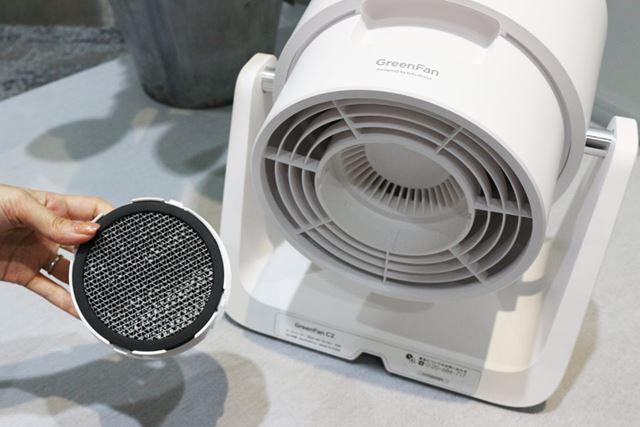 吸込口には活性炭脱臭フィルターを装備。本体に取り込んだ空気に含まれるニオイを素早く除去します