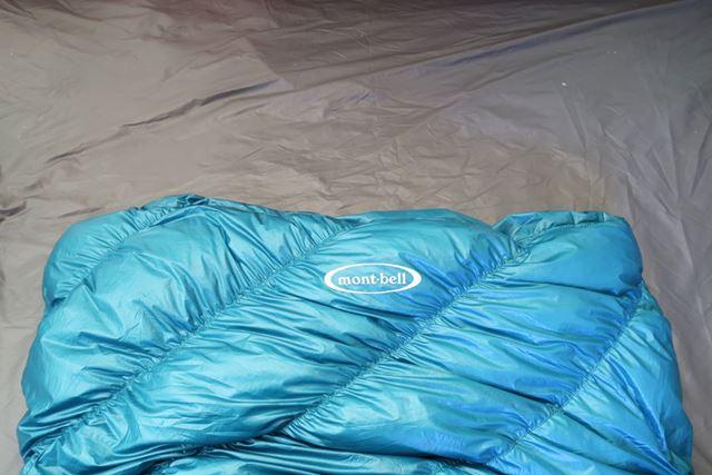 ドローコードをゆるめ、布地を内部に押し入れた状態。胸元から上が露出し、暑い時期でも涼しく眠れる
