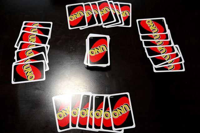 そして親が各自に7枚ずつカードを配って……