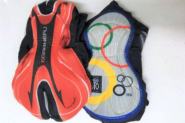 左が自転車用ウェアで、右がトライアスロン用ウェアのパッド。自転車用は幅が広く、厚みもある