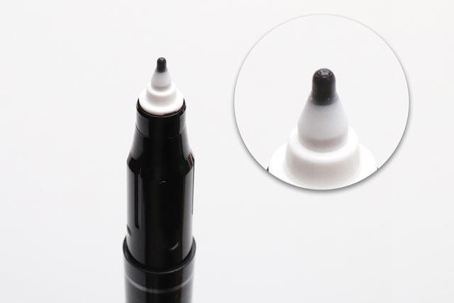 先端の溝でインクを供給する特殊なペン芯。頑丈で摩耗に強いのが特徴だ