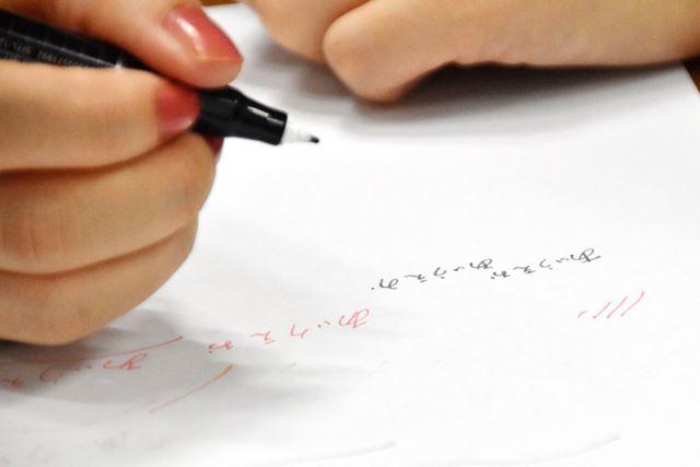 ややカリッとした書き味でシャープな線が引ける