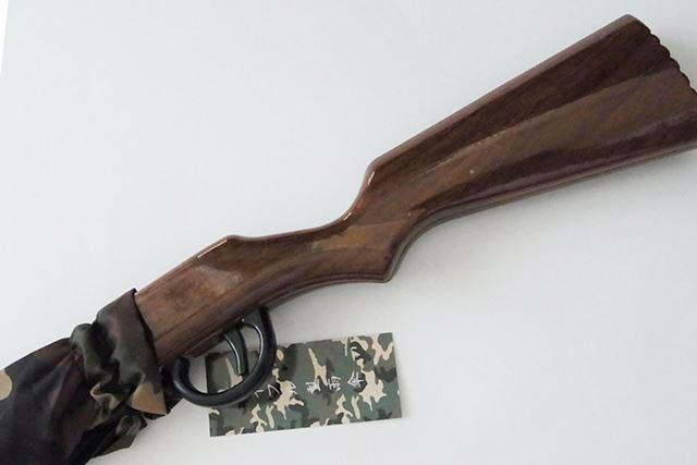 傘の持ち手の部分がライフルの銃床のように作られています