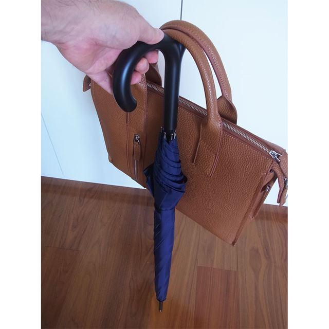 こんな感じで、持ち手にカバンを掛けられます。耐荷重は5kgなので、結構大きなカバンでも大丈夫そう