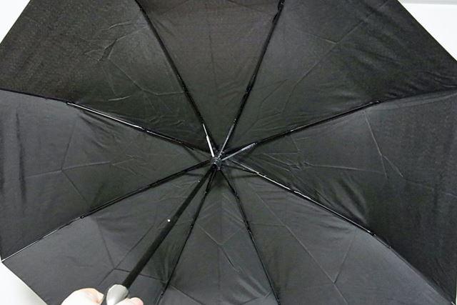 しっかりと握れるのがいいですね。ちなみに、傘を広げた直径は約98cmと折りたたみ式では十分な大きさ