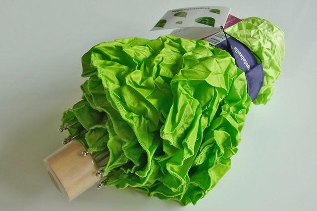 持ち手のほうから撮影すると傘だとわかりますが、上の写真では本物の新鮮野菜みたい!