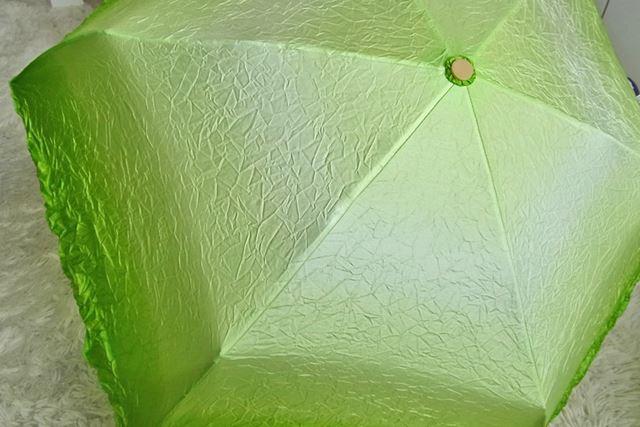 傘を開くとこんな感じです。外側から内側にかけてだんだんと色の濃淡が変化していくという芸の細かさも秀逸