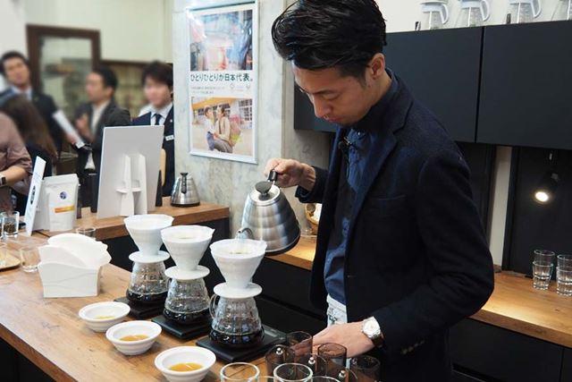 会場では世界チャンピオンがその場でコーヒーを挽き、ドリップする試飲体験も