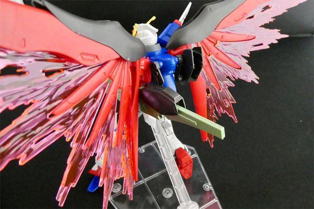背中の武装バックパックが柔軟に動き、翼などに干渉しません