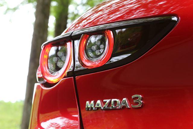 今回、日本における車名が「アクセラ」から世界で販売している「MAZDA3」へと改名された