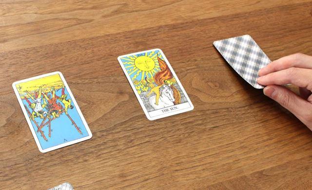 最低3枚だけで占うのもアリ! リーディング(=カードの意味を読む)能力が試されます