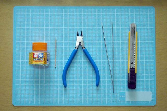 ニッパー、カッター、ピンセット、爪楊枝、そして接着剤の5つを使って製作します