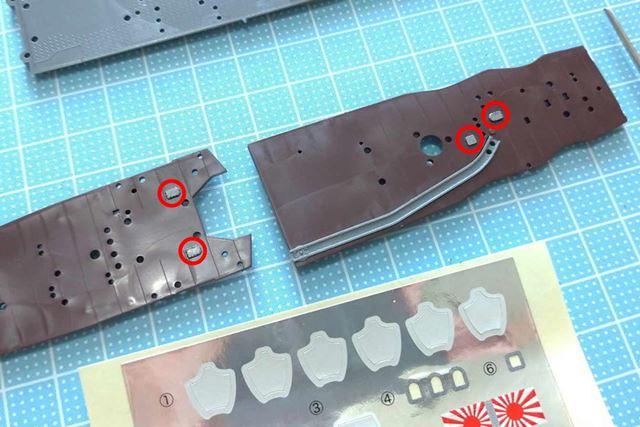 爆雷を移動させるためのレールは色違いのパーツですが、シールで塗り分けを再現する部分(赤丸)もあります