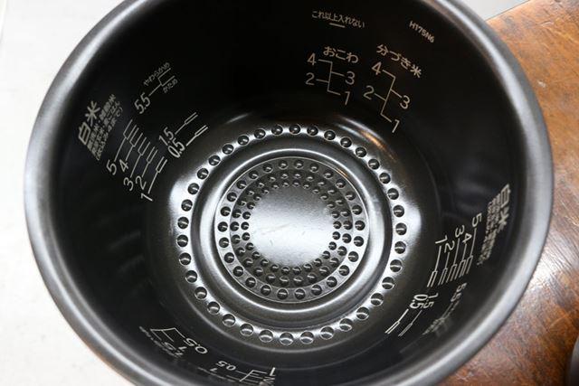内釜の底面にはリンク状の突起を配置。発熱面積を広げるとともに、泡の発生をうながす効果があるのだそう