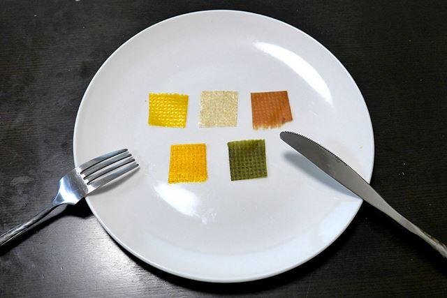 小さく切ってお皿に並べると……未来の食事感がハンパないです。謎すぎる