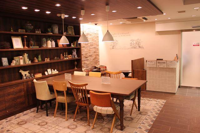 ぬくもりを感じさせる「ラウンジ」内は約20席。休憩や仕事などで利用する人も多い