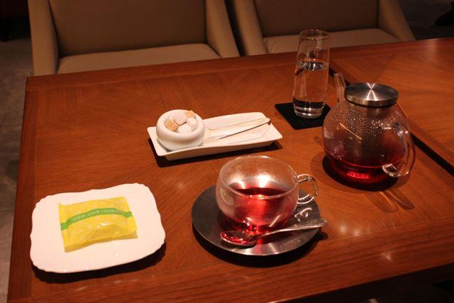無料オーダーのドリンクとお菓子が付いてくる。写真のドリンクはハーブティーで、心地よい香りが特徴