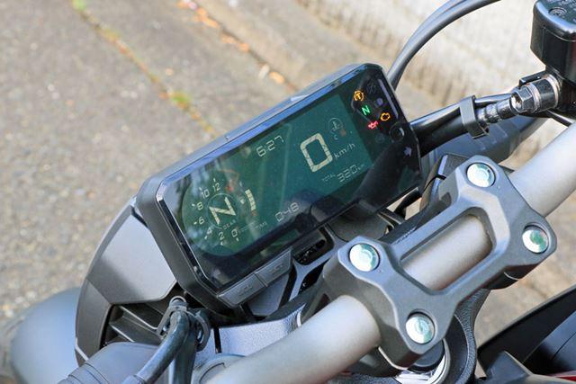 メーターは、小ぶりで軽量なデジタルタイプを採用