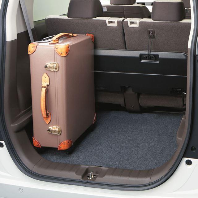 荷室の床を低くすることで、重い荷物などの出し入れが楽な「ローフロアモード」