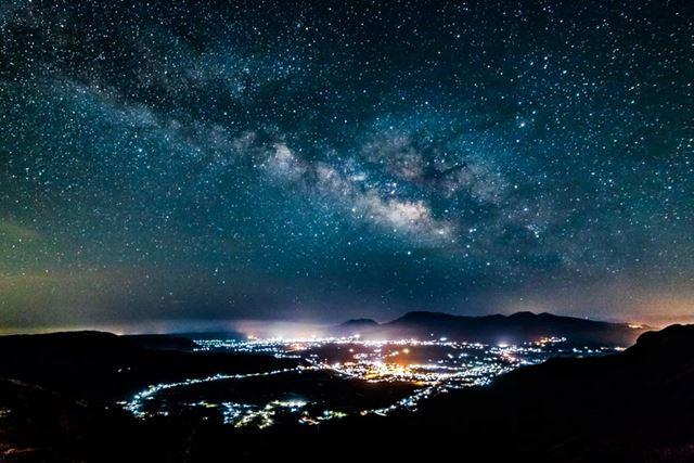 星の観察は街明かりの多い都心では難しいものの、少し郊外に足を運べば満天の星を見られる