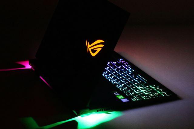 「Aura Sync」ではキーボードだけでなく、リフトアップする底面の発光も制御できる