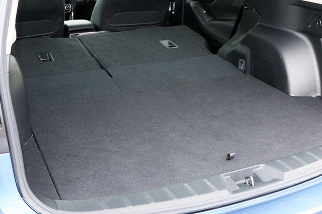 少々傾斜はついているが、リアシートの背面と荷室がつながっている部分に段差はない