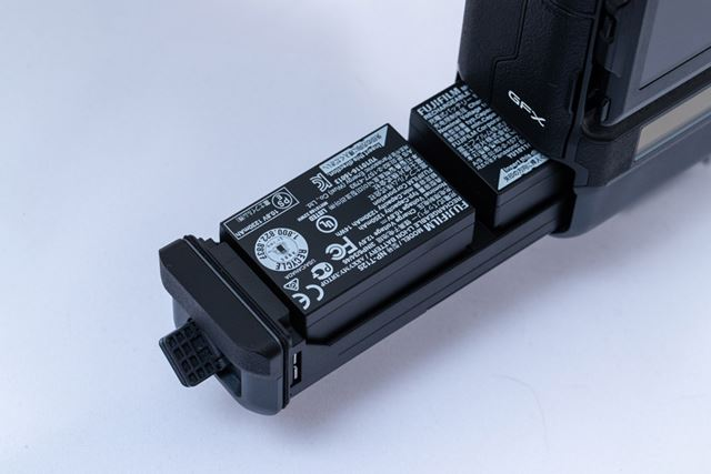 バッテリーはGFX50S/50Rと共通のNP-T125を2個使用