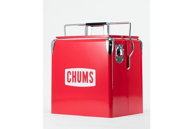 真っ赤なボディに「CHUMS」のロゴが入った、1950年代風のレトロなデザイン