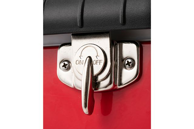 雰囲気のあるロック式のラッチが、フタをしっかりと閉めるので安心
