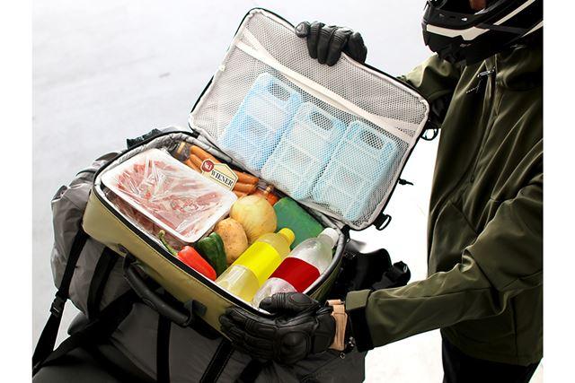 ツーリングキャンプでも、食材や飲み物を保冷しながらコンパクトに持ち運べる